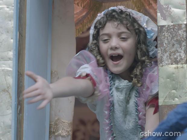 Pituca fica animada quando banda chega debaixo de sua janela (Foto: Meu Pedacinho de Chão/TV Globo)