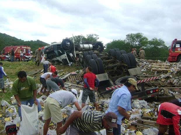 Motoristas que passavam pelo local saquearam carga, mas foram multados, segundo a PRF. (Foto: Ronniê Mello/TV Paraíba)