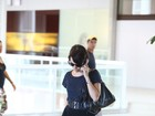 Débora Falabella embarca no Rio e exibe aliança