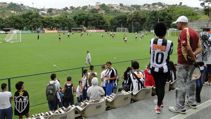 Torcedores no treino do Atlético-MG (Foto: Fernando Martins)