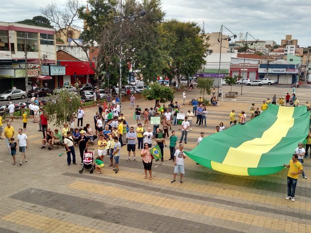 Manifestantes protestam na Praça do Mercado, em São Carlos (Foto: Fabio Rodrigues/G1)