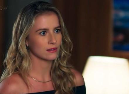 Bárbara bate de frente com Caio e escuta o que não quer