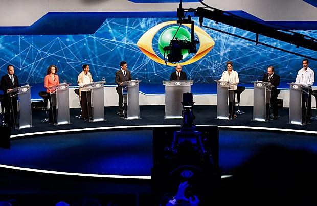 Candidatos durante o debate realizado nesta terça-feira (26) na TV Bandeirantes, em São Paulo (Foto: Miguel Schincariol/AFP)