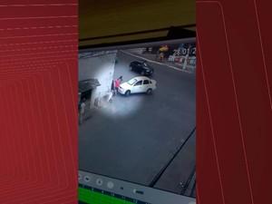 Carro desgovernado atinge homem e bate em parede em Candeias, na RMS (Foto: Imagens/Tv Bahia)