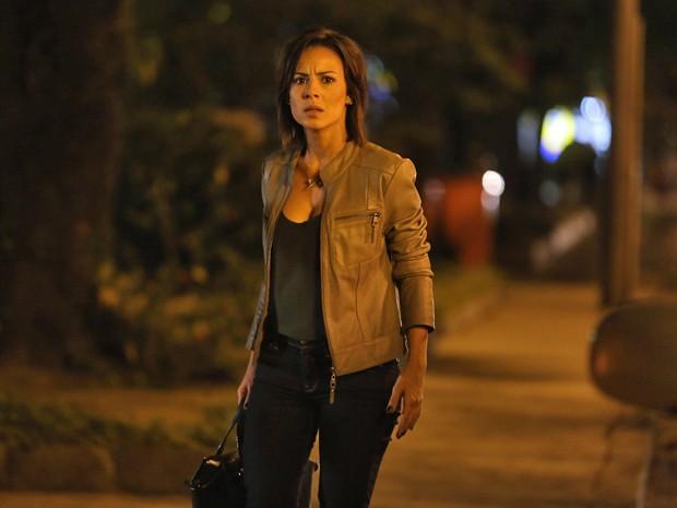 Clara fica desconfiada da cena que presencia (Foto: Pedro Curi/ Gshow)