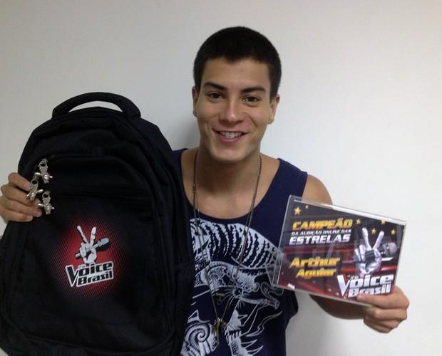 Arthur Aguiar recebe o prêmio da Audição Online das Estrelas (Foto: The Voice Brasil/Gshow)