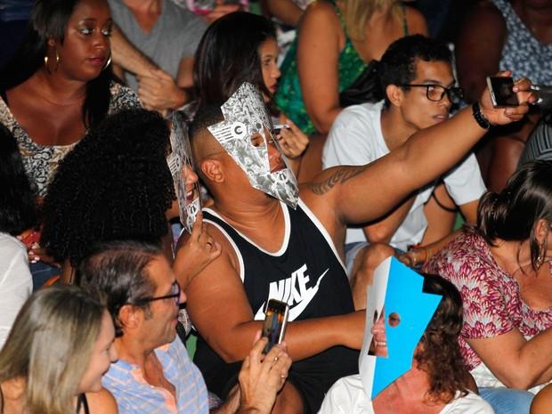 Público da banda BaianaSystem compareceu com máscara característica do grupo (Foto: Mateus Pereira/GOVBA)
