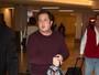 Chaz Bono, filho transgênero de Cher, aparece mais magro em aeroporto