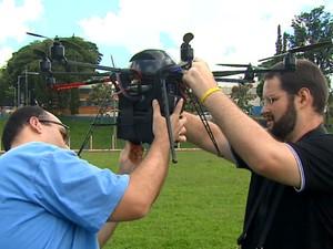 Estudantes da USP em São Carlos desenvolvem drone para pulverizar lavouras (Foto: Marlon Tavoni/EPTV)