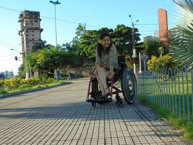 Fabrícia Lima, 21 anos, portadora da doença 'ataxia de Friedreich' (Foto: Arquivo pessoal)
