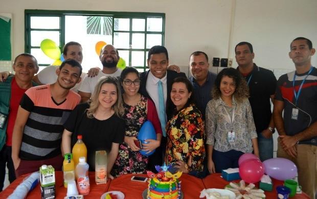 Equipe de produtores, repórteres, cinegrafistas e de outros setores fizeram surpresa para Thiago Rogeh após o programa (Foto: Murilo Lima)