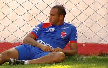 Robston contraria médico, treina e é vetado para o clássico contra o Goiás