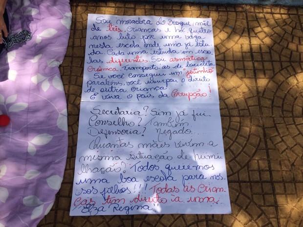 Em cartaz, mulher relata dificuldade imposta pela falta de vaga na rede municipal (Foto: João Mota/G1)