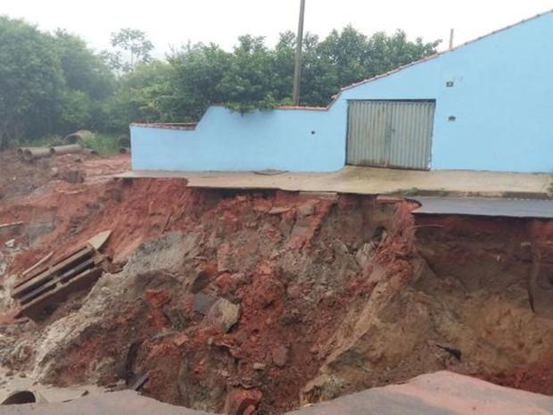 Residência à beira da cratera corre risco de cair e está fechada (Foto: Adolfo Lima/ TV TEM)