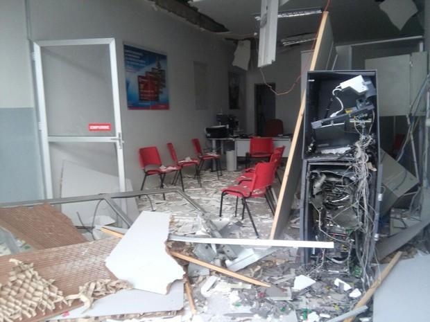 Posto de atendimento ficou parcialmente destruído depois da explosão (Foto: Volney Andrade/TV Cabo Branco)