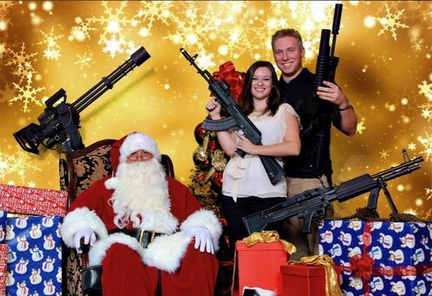 Em 2011, um clube de tiro de Scottsdale, no estado do Arizona (EUA), ofereceu a oportunidade de sócios e não sócios de posarem com suas armas com o Papai Noel (Foto: Divulgação)