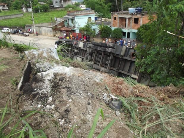 acidente entre carro e carreta mata tres pessoas em rio bonito (Foto: Heitor Moreira/G1)