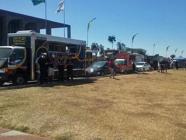 Foodtrucks se alinham no Eixo Monumental durante protesto dos servidores do Judiciário (Foto: Mariana Holanda/G1)