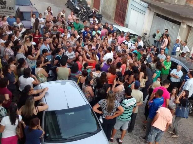 Servidores de Formiga definiram greve durante reunião em frente ao sindicato (Foto: Sintramfor/Divulgação)