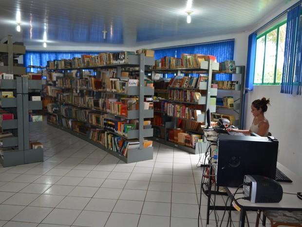 Estudantes e concurseiros tem aproveitado silêncio de biblioteca (Foto: Andreia Gonzalez/G1 RO)
