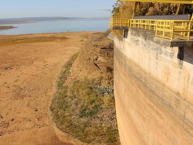 Vertedouro mostra o onde seria o nível normal da água na barragem. (Foto: Valdivan Veloso/ G1)