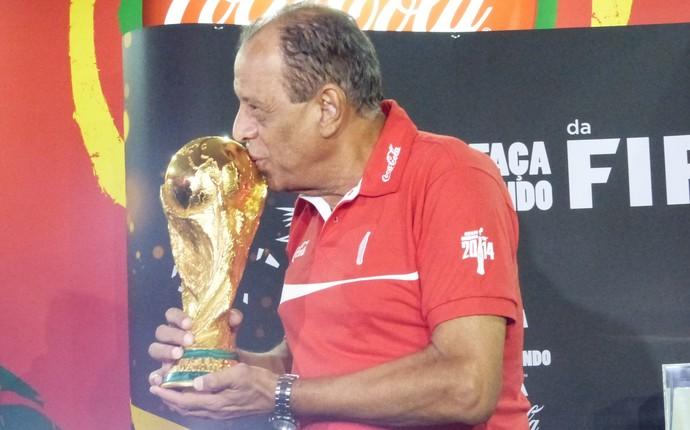 Capitão do tri, Carlos Alberto Torres beija a Taça da Copa em Curitiba (Foto: Monique Silva)