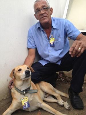 Amarelo posa para foto com o colega de trabalho Frank (Foto: Daniel Silveira/G1 )