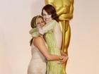 Jennifer Aniston pega Emma Stone no colo no tapete vermelho do Oscar