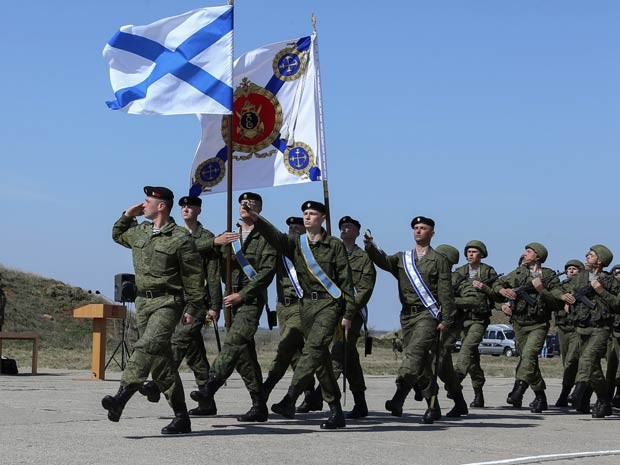 Soldados russos em uma base militar em Sevastopol, na Crimea. (Foto: Vadim Savitsky / Serviço de Imprensa do Ministério de Defesa da Rússia / Via AFP Photo)