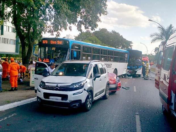 Ônibus e carros envolvidos em acidente no Eixinho L, em Brasília (Foto: Corpo de Bombeiros-DF/Divulgação)