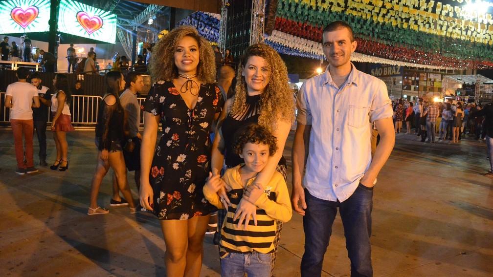 Casais, solteiros e crianças estavam entre o público do show de Dorgival Dantas no Parque do Povo, em Campina Grande (Foto: Kamylla Lima/G1)