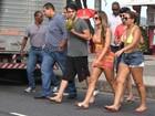 Babi Rossi posa de biquíni de babadinho com amiga no Rio