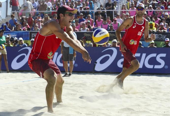 Americanos Phil Dalhausser e Nick Lucena acertam a virada de bola e reagem no Grand Slam de Long Beach (Foto: Divulgação/FIVB)