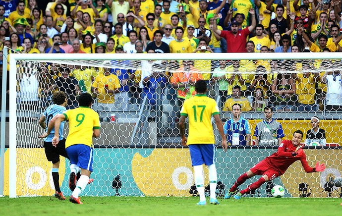 Forlán e Julio César pênalti jogo Brasil Uruguai (Foto: Getty Images)