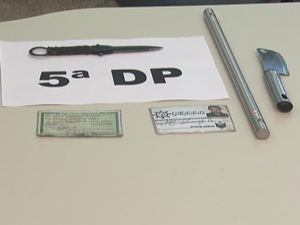 Polícia apresentou armas e documentos dos envolvidos na briga entre gangs na festa da Esplanada dos Ministérios (Foto: Reprodução/Tv Globo)