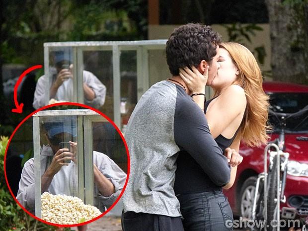 Anita e Ben estão sendo observados e nem desconfiam! (Foto: Malhação/ TV Globo)
