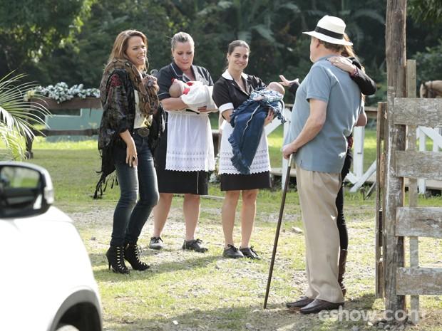 Shirley conhece os gêmeos e recebe notícia de gravidez de Rafaela (Foto: Felipe Monteiro / TV Globo)