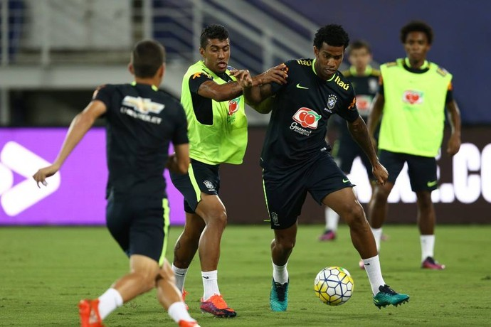 Paulinho e Gil no treino da Seleção (Foto: CBF)