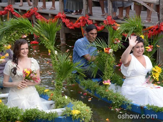 Inês e Rita chegam para a cerimônia (Foto: Raphael Dias/TV Globo)