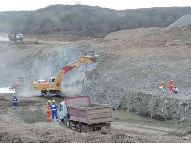 Operários trabalham no canal que vai levar água da Transposição em Monteiro (PB) (Foto: Katherine Coutinho / G1)