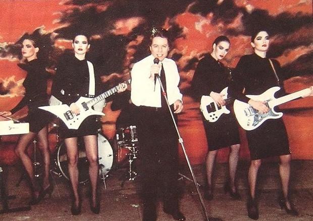 A banda do clipe de Rober Palmer vestindo criações do estilista (Foto: reprodução/youtube)