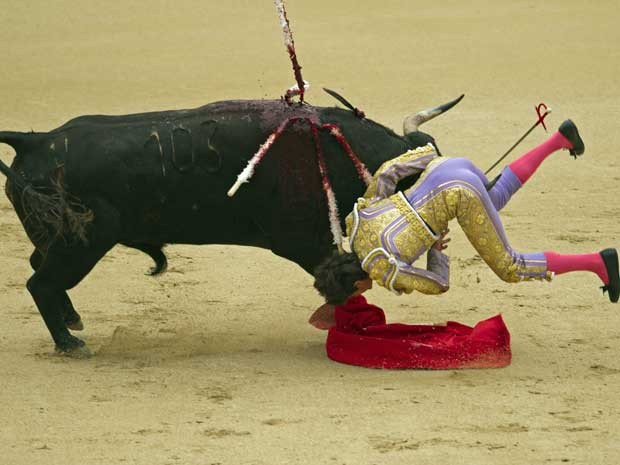 O francês Sebastián Castella foi ferido durante tourada de San Isidro, na Praça de Touros de Madrid, nesta quinta-feira (17). (Foto: Daniel Ochoa de Olza / AP Photo)