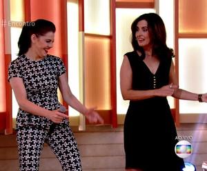 Bárbara Paz e Fátima dançando  (Foto: TV Globo)