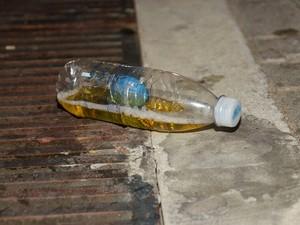 Garrafa com urina foi flagrada por equipe do G1 na noite deste domingo, em Ondina (Foto: Diogo Macedo/Ag Haack)