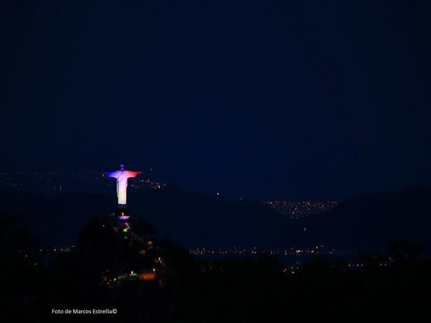 Cristo visto do alto, com as cores francesas (Foto: Marcos Estrella / Globo)