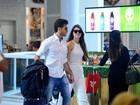 Klebber Toledo e Camila Queiroz são clicados juntinhos em aeroporto
