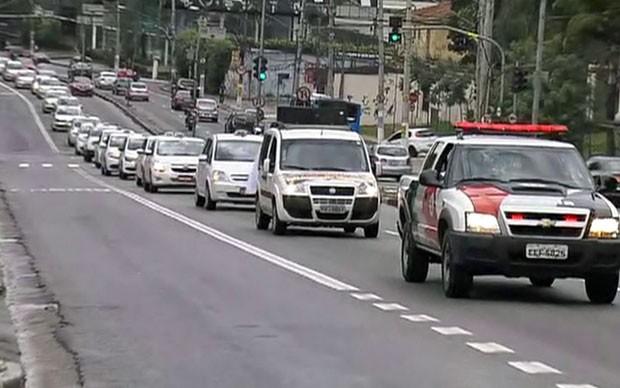Viatura da polícia acompanha a carreata dos taxistas em São Paulo (Foto: TV Globo/Reprodução)