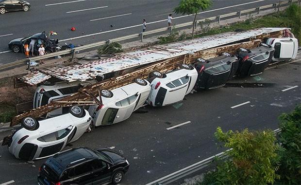 Acidente na China danifica 11 carros de luxo, entre eles modelos da  Porsche, BMW e Land Rover (Foto: Reprodução)