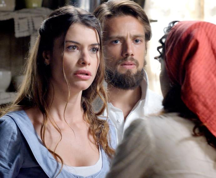 Lívia e Felipe ficam chocados com o que ouvem da morena (Foto: TV Globo)