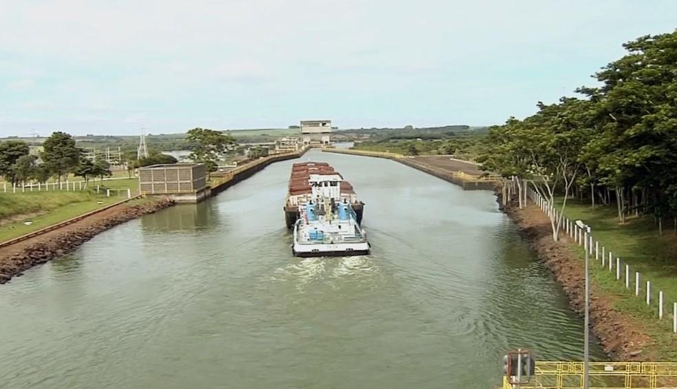 Barcaças podem carregar quantidade de produto o equivalente a 200 caminhões (Foto: Reprodução / TV TEM )